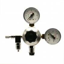 CO2 regulator with double pressure gauge