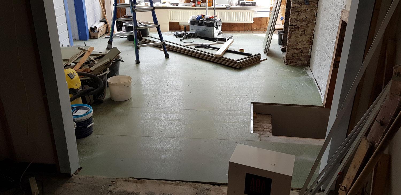 De ondervloer voor de PVC vloer is aangebracht. Geen enkele hoek in het pand is recht, dus een behoorlijke klus.