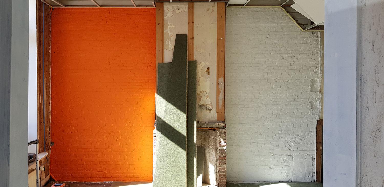 1 muur oranje, de andere muur nog te gaan.