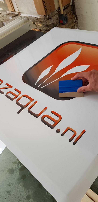 logo plakken op het uithangbord